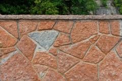 Mauer aus Adneter Polygonalplatten