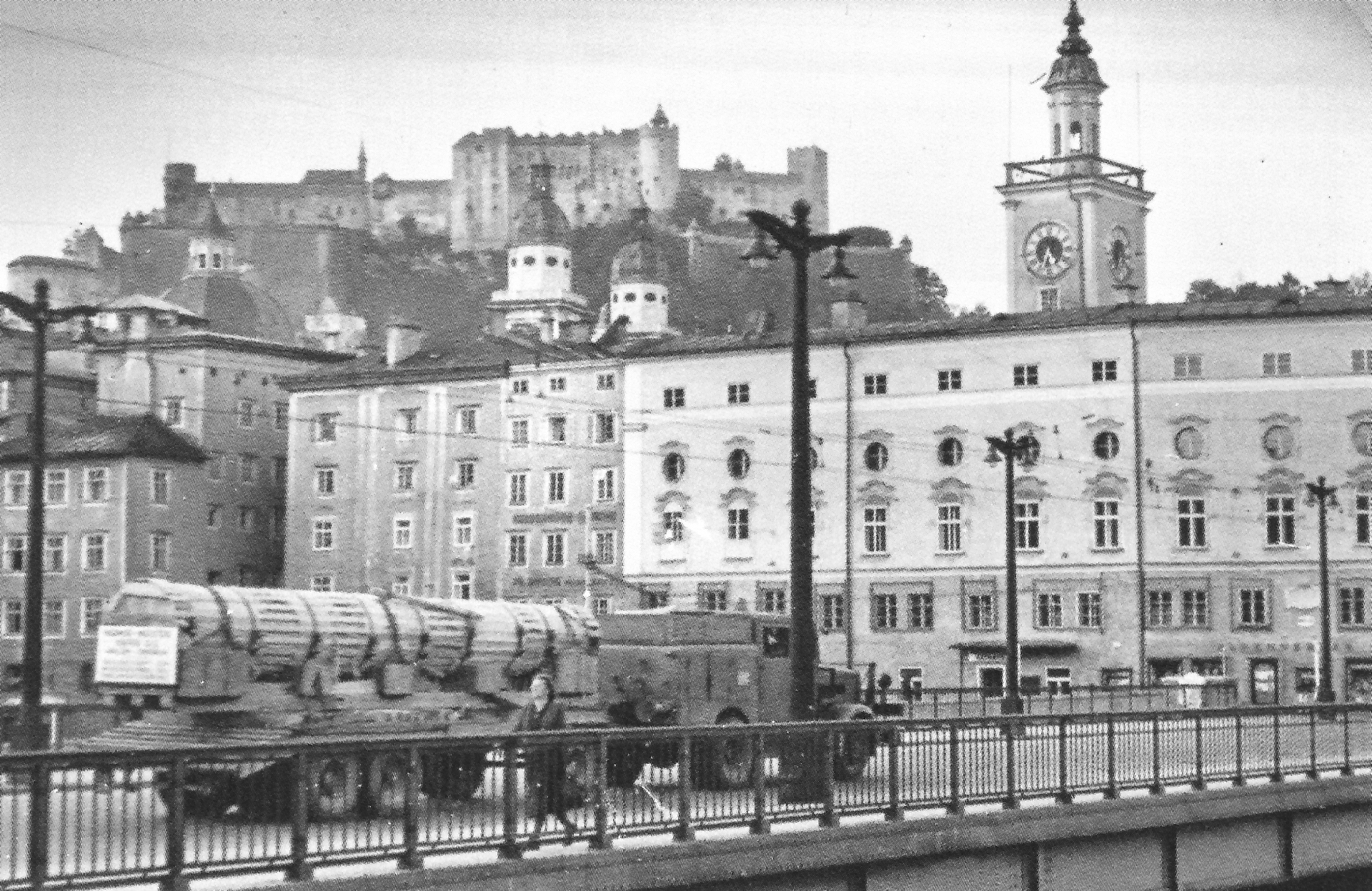 Säulentransport auf der Staatsbrücke in Salzburg, 1950